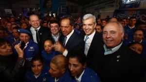 ulián Domínguez y su compañero de fórmula, Fernando Espinoza, junto al gobernandor Daniel Scioli, Sergio Berni y el precandidato a intendente de Presidente Perón Aníbal Regueiro