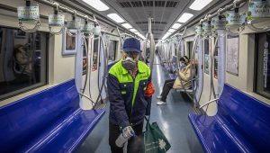 Un trabajador del metro de Pekín protegido con mascarilla desinfecta un vagón del metro en Pekín (China). EFE/Roman Pilipey